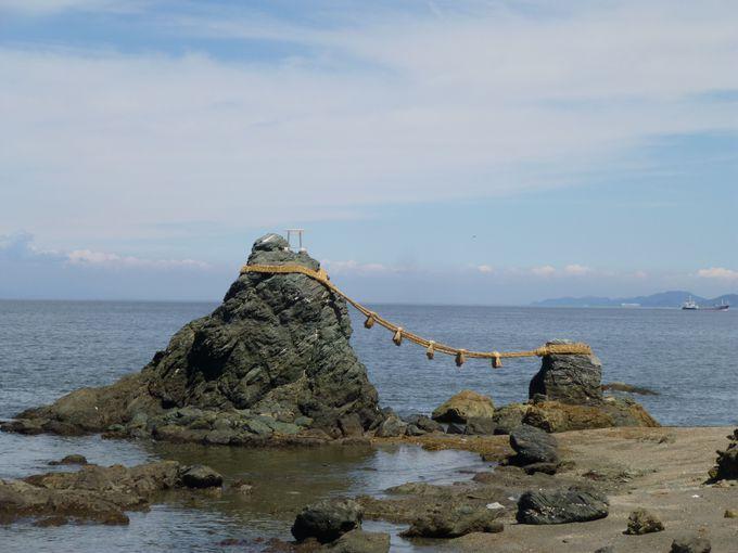 鳥居の役割も持つ、夫婦岩。