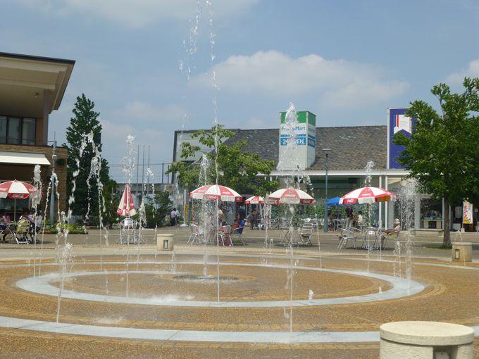 広場では多彩なイベントも。夏は噴水・小川で遊ぶのも◎!