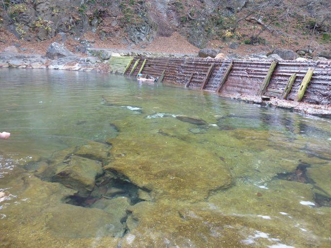 川をせき止めてつくった、巨大な露天風呂