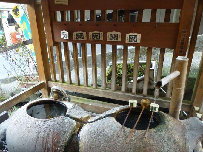 飲泉所や足湯など、さまざまな場所に温泉が息づく