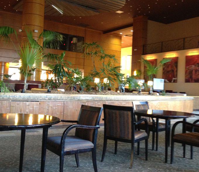 広々としたロビーが心地よい。レストランなどもあり便利。