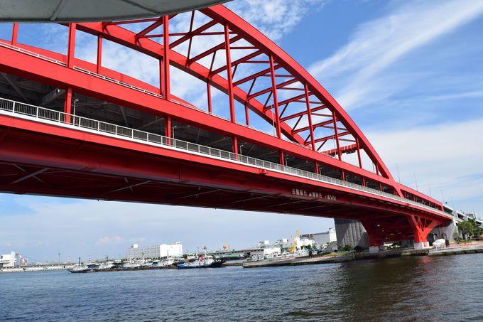 ハイライト!赤のアーチ橋、神戸大橋をくぐる