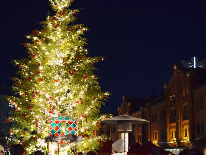 中央には、大きなクリスマスツリー。幸福の鐘を鳴らしてみよう