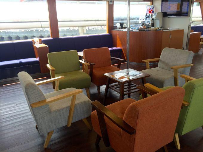 ドリンクやスイーツも楽しめる「船上カフェ」