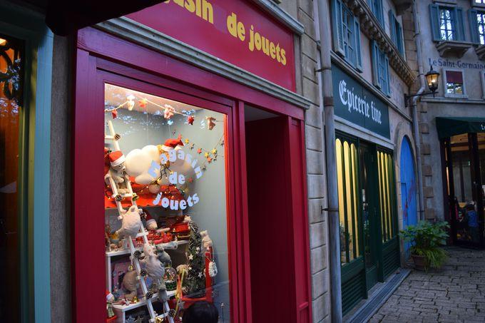 ショーウインドーにはクリスマスの飾り。屋内展示も楽しもう