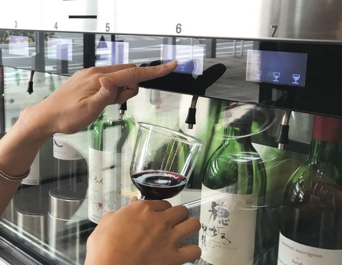 山梨「石和温泉駅」は駅ナカ観光案内所にワインサーバーがある!