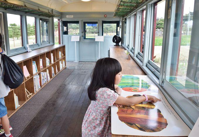 トモエ学園の教室と図書室