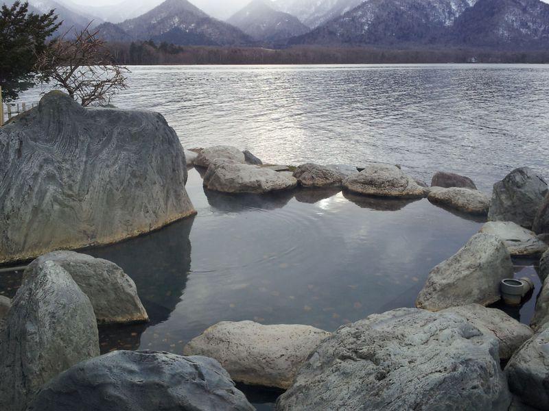 屈斜路湖の野湯の中でも1番人気!湖面と同じ目線になるコタン温泉露天風呂!!