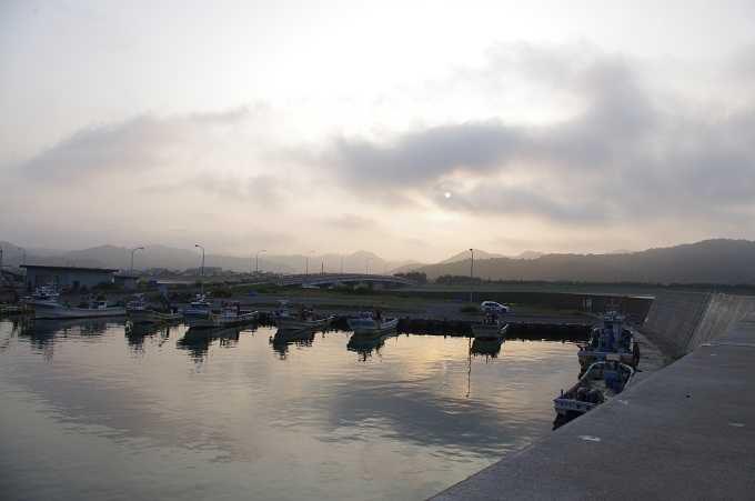 噴火湾の美しい夕景を見ながら釣り。ワイングラスの形をした漁港で時間を忘れて夕景を見つめる。