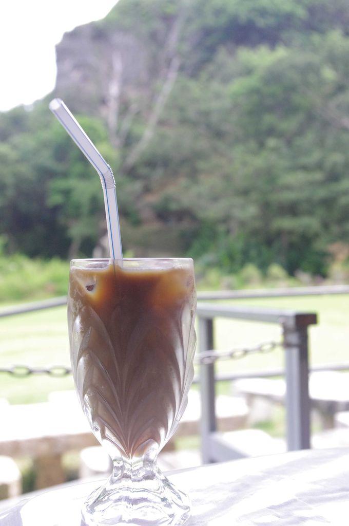 ガイドのおじさんのお店でいただくアイスコーヒーとラジオから流れる沖縄ミュージックで癒される。