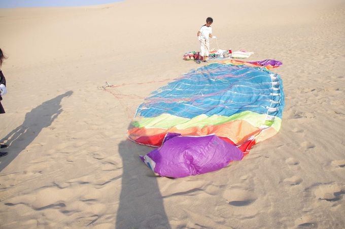 日本でも安心して飛べる砂丘からのパラグライダーで空中散歩!
