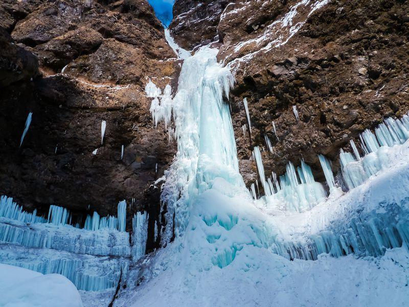 氷の神殿が日光に!世界遺産級の風景「雲竜渓谷」の氷瀑に刮目せよ