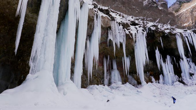 アクアブルーが光る氷の回廊・燕岩