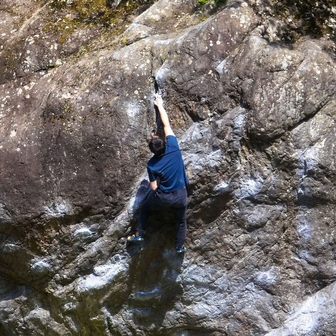 御岳渓谷の忍者返しの岩でボルタリング