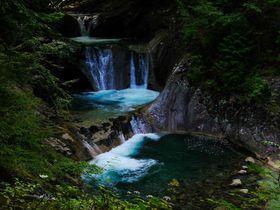 コバルトブルーの深い淵!山梨・西沢渓谷の七ツ釜五段ノ滝がスゴイ|山梨県|トラベルjp<たびねす>