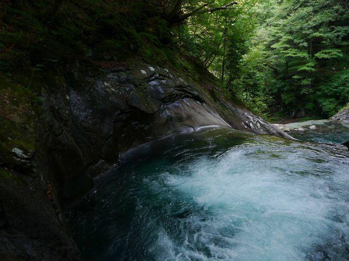 まさに絶景!七ツ釜五段ノ滝が神秘的すぎる