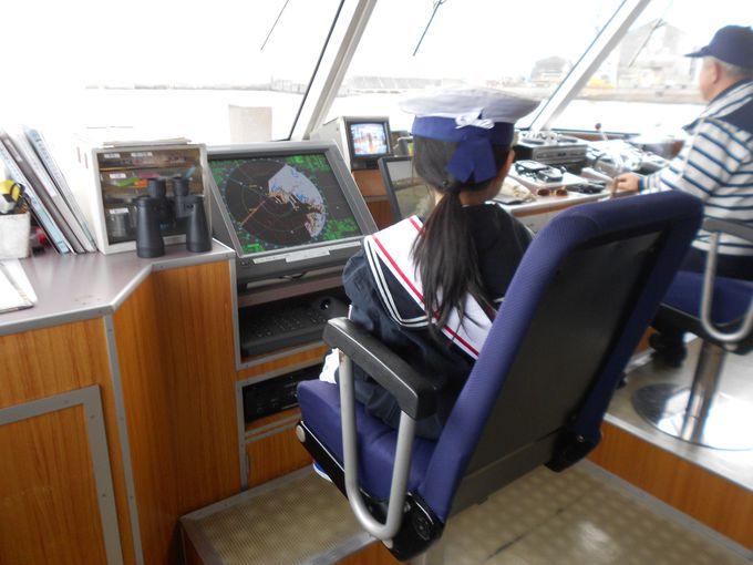 操舵室にはいってレーダーを確認。えっ!こんな仕事までさせてもらえるの?本格的な船長さん体験!