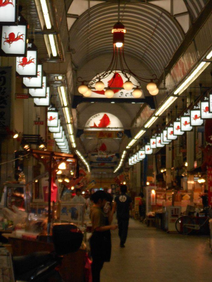 新鮮な明石ダコや明石鯛が並ぶ魚の棚商店街.いかなごの佃煮や焼きアナゴ,名物明石焼きのお店も。