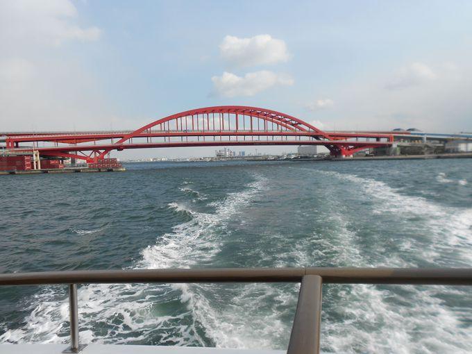 基本的には、神戸空港の連絡橋の下をくぐります。(天候によっては航路を変えて運航します。)
