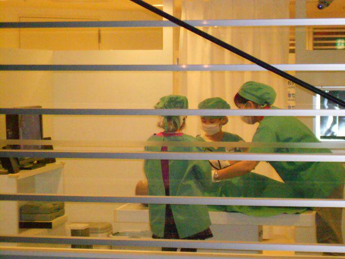 看護師、医師(外科医、救急医)救急救命士。ユニフォームを着て病院のお仕事体験。