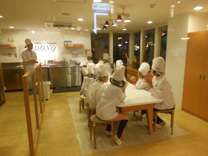 ドンクのベーカリーでミニクロワッサンを作ります。パンの職人のユニフォームでパン作りの楽しさを体験♪