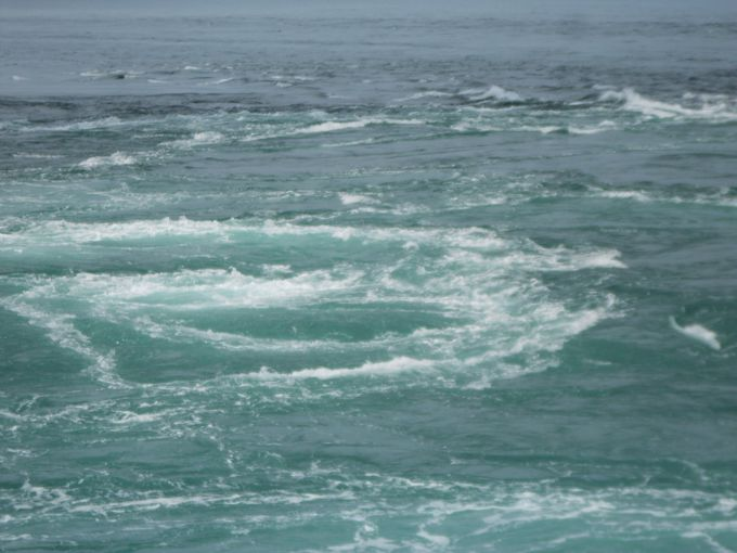 目の前に広がる渦潮は圧巻!大潮の時間帯は大きな渦潮がいくつも!