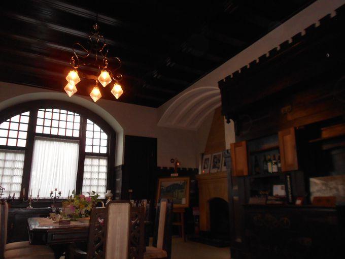 中世城館風の食堂の窓には、アール・ヌーヴォーの意匠が光る