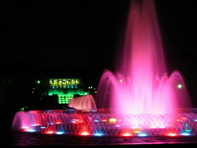 春と夏の夜間開園は噴水のライトアップが美しい
