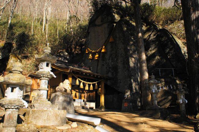 迫力の大岩がご神体! 幸運が開ける「石割神社」