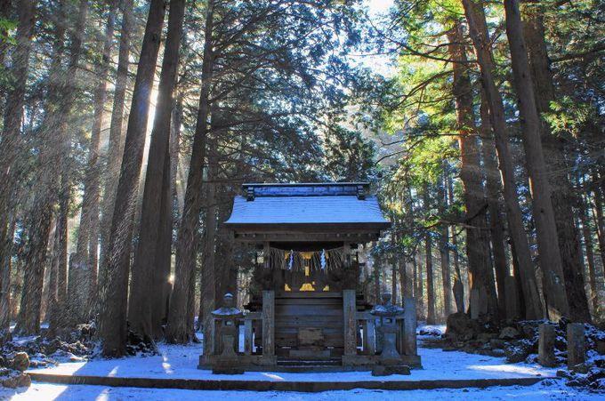 富士山吉田口登山道の起点となる「登山門」と「祖霊社」
