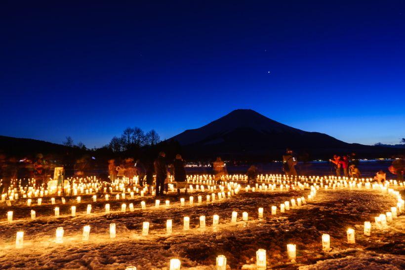 優しい光に包まれる「山中湖アイスキャンドルフェスティバル」
