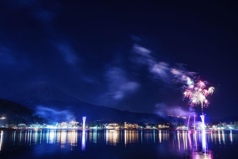 凛と澄んだ空気の中で花火と富士山の共演を楽しもう!