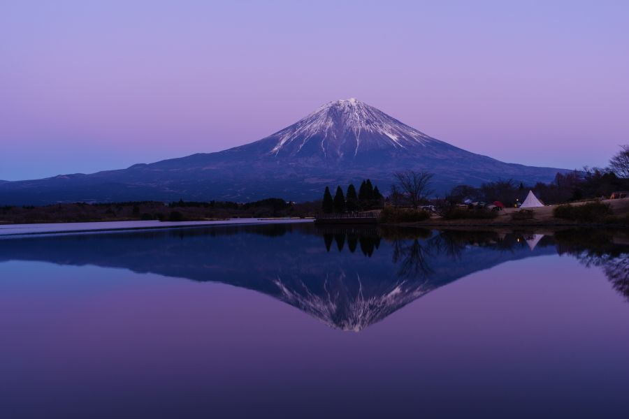 まるで鏡のように映る「逆さ富士」