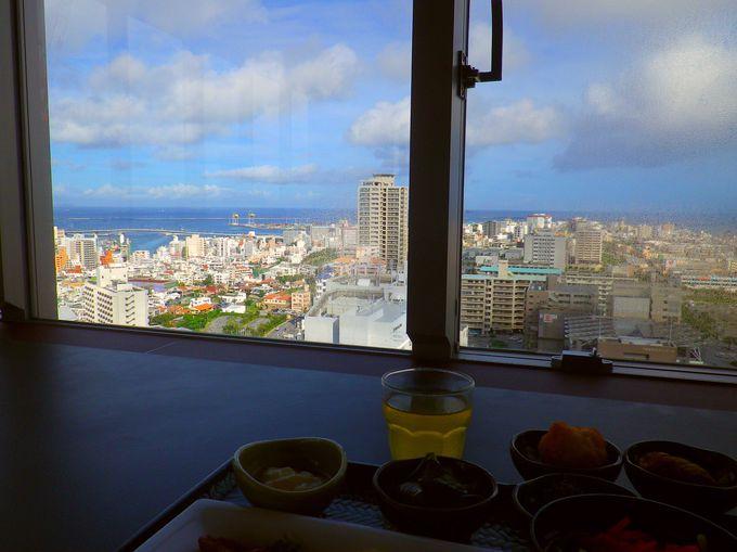 朝食は最上階で海を眺めながら