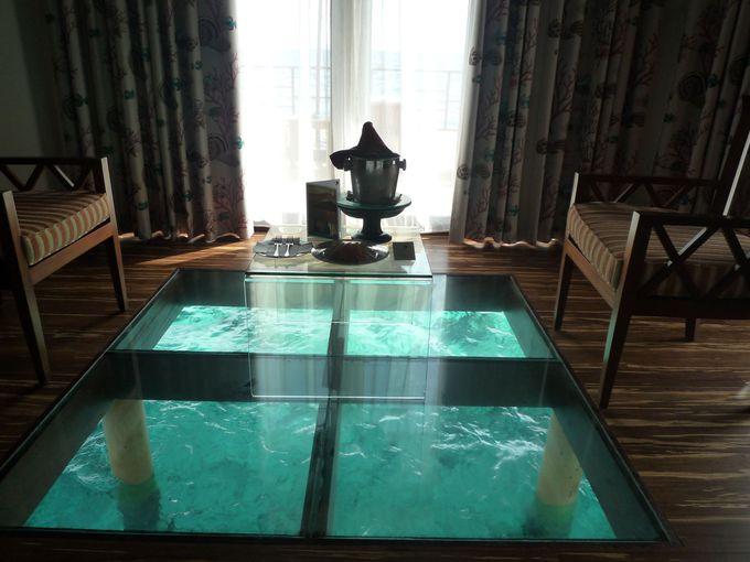 水上コテージに絶対必要!海が覗けるガラスの床!