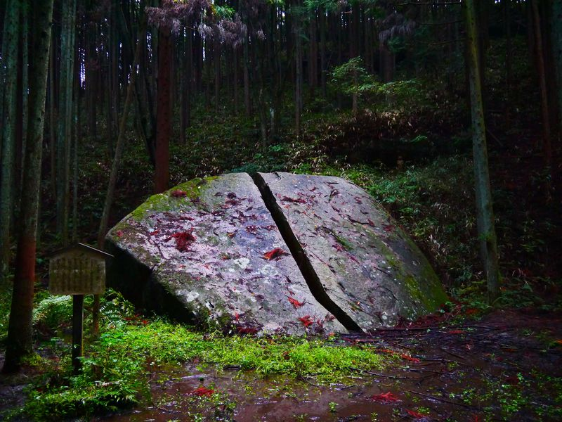 神秘的なエネルギーの塊!柳生十兵衛ゆかりの地・奈良県柳生(やぎゅう)で拝みたい謎の奇岩「一刀石」