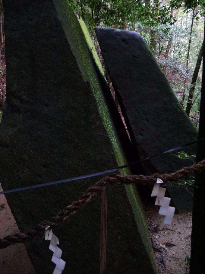 奇岩の前で太古の歴史に思いを馳せる、貴重なひととき