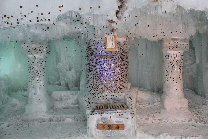 神社の中は氷の彫刻