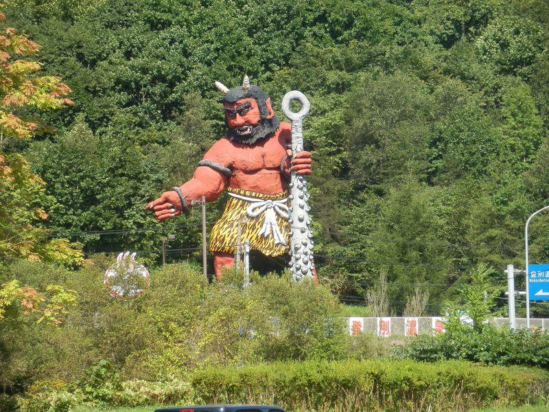 鬼が出迎え、街中金棒だらけ!?楽しい「北海道・登別温泉」は家族旅行にオススメ!