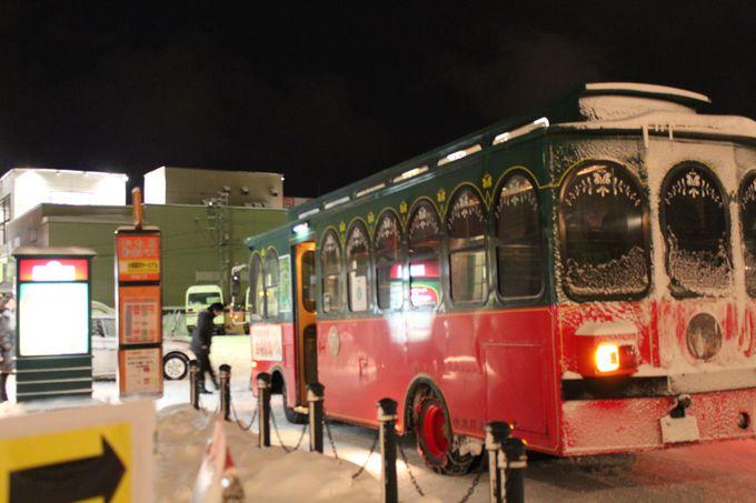 雪あかりの路「ろまん号」がメイン会場を巡ります。