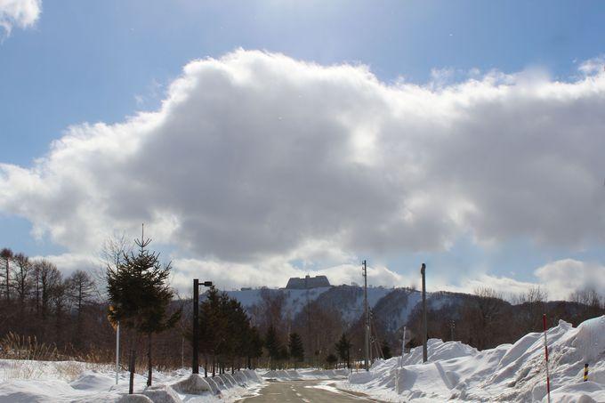 ポロモイ山の頂上にそびえ立つ「ザ・ウインザーホテル洞爺」