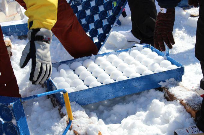 雪球作りは、裏方さんの重要なお仕事!