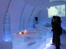 氷の客室やバーも!期間限定・北海道「アイスヒルズホテル」|北海道|トラベルjp<たびねす>