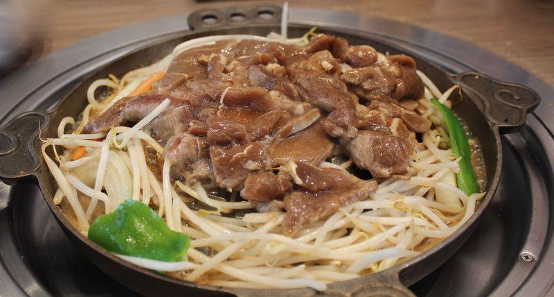 山で焼いて溝で煮る?北海道「松尾ジンギスカン」で本場の味を堪能