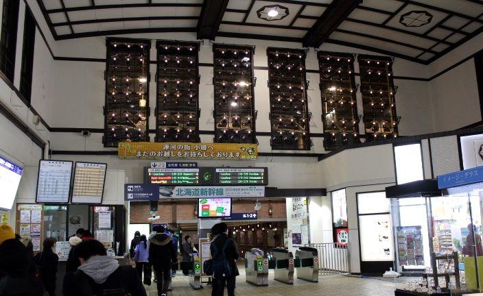 ランプが灯る小樽駅ホーム