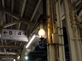 ランプが灯る「小樽駅」裕次郎ホームと本場の立ち食い寿司も人気!|北海道|トラベルjp<たびねす>