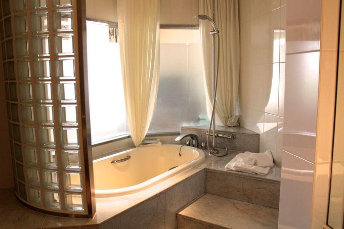 大理石の浴室とバスアメニティ!