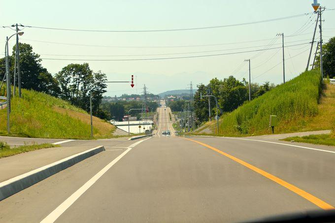地平線まで続くゆるやかなアップダウンのまっすぐな道!