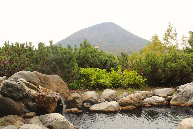 二つの山を眺めながら露天風呂を楽しもう!