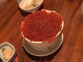 """「海味 はちきょう」元祖イクラの溢れ盛り""""つっこ飯""""は札幌すすきので必食"""